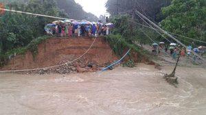 จนท. รุดช่วยชาวบ้านนบพิตำติดเกาะ หลังน้ำป่าซัดคอสะพานขาด