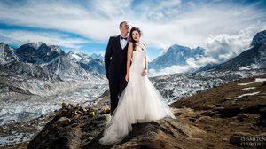 สุดเอ็กซ์ตรีม!! คู่บ่าวสาว จับมือไต่เขาเอเวอเรสต์ จัดงานแต่งงาน แสนโรแมนติก ท้าทายความฟิต