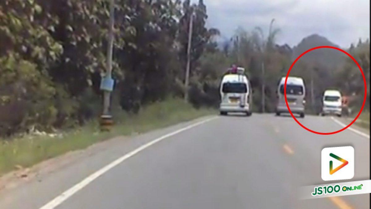 คลิปนาทีรถตู้เสียหลักพุ่งชนข้ามเลน (25-05-61)
