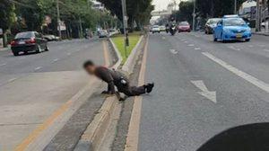 เอาจริง! ตำรวจโดดถีบจักรยานยนต์ผิดกฎหมาย จนตัวเองบาดเจ็บ