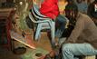 ศิลปินเคนยาเปลี่ยนขยะเป็นเงิน