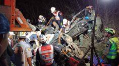 เกิดเหตุรถเครนเสียหลักชนกระบะพังยับ ดับอย่างน้อย 8 ศพ