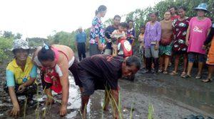 สุดทน! ชาวบ้านลงแขกดำนาประชด ถนนเป็นหลุม-น้ำขัง นานกว่า 50 ปี ไร้การเหลียวแล