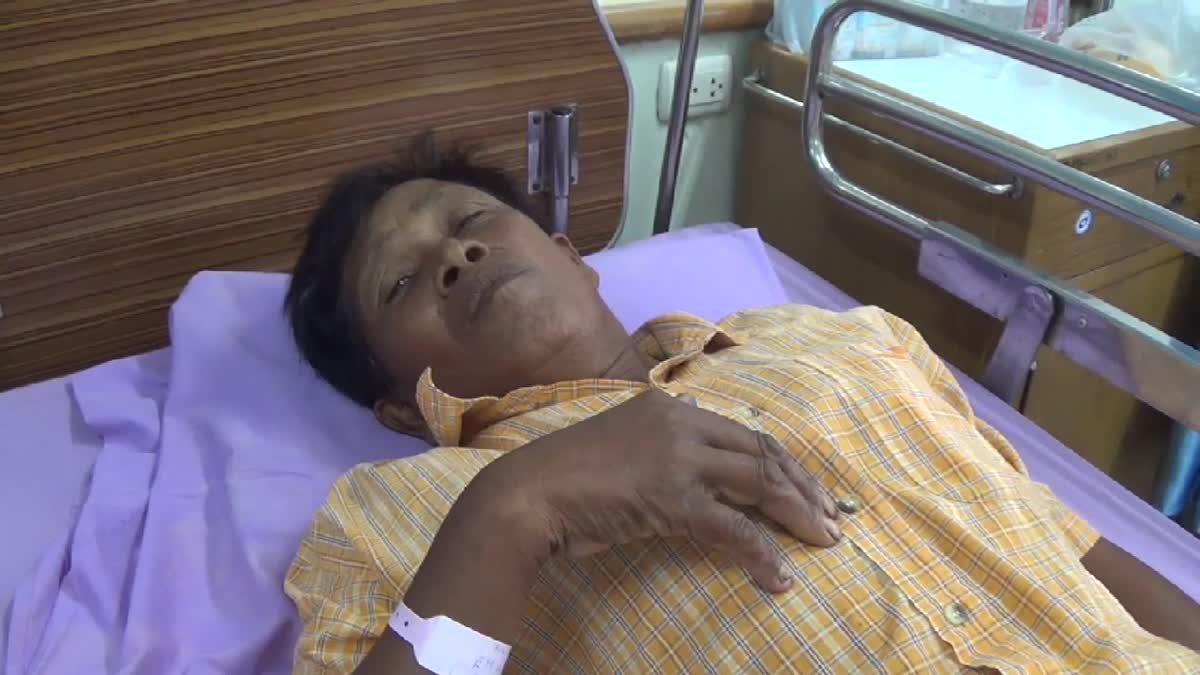 ชาวบ้านถูกปลิงประหลาดกัดอาการทรุดหนัก หามส่งโรงพยาบาลอ่างทอง