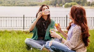 ทริคเล็กๆ ที่ทำให้คนอื่น ชอบตั้งแต่แรกเจอ ! 7 วิธีทำให้ คนแปลกหน้า คิดบวก กับคุณ
