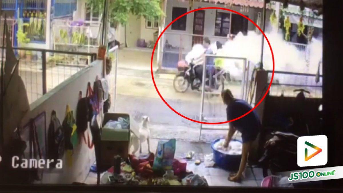 คลิปรถฉีดยุงมาไวไปไว ปิดประตูบ้านแทบไม่ทัน (11-06-61)