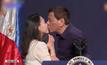 ผู้นำฟิลิปปินส์ถูกวิจารณ์กรณีจูบปากผู้หญิง