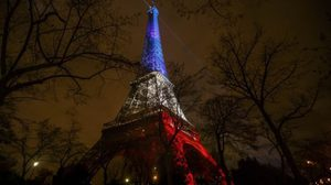 แสงสีธงชาติฝรั่งเศสประทับบน 'หอไอเฟล' หลังเหตุโจมตีกรุงปารีส