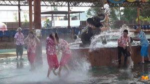 ไม่รอแล้ว!! นักท่องเที่ยวจีนเล่นสงกรานต์สาดน้ำคลายร้อน