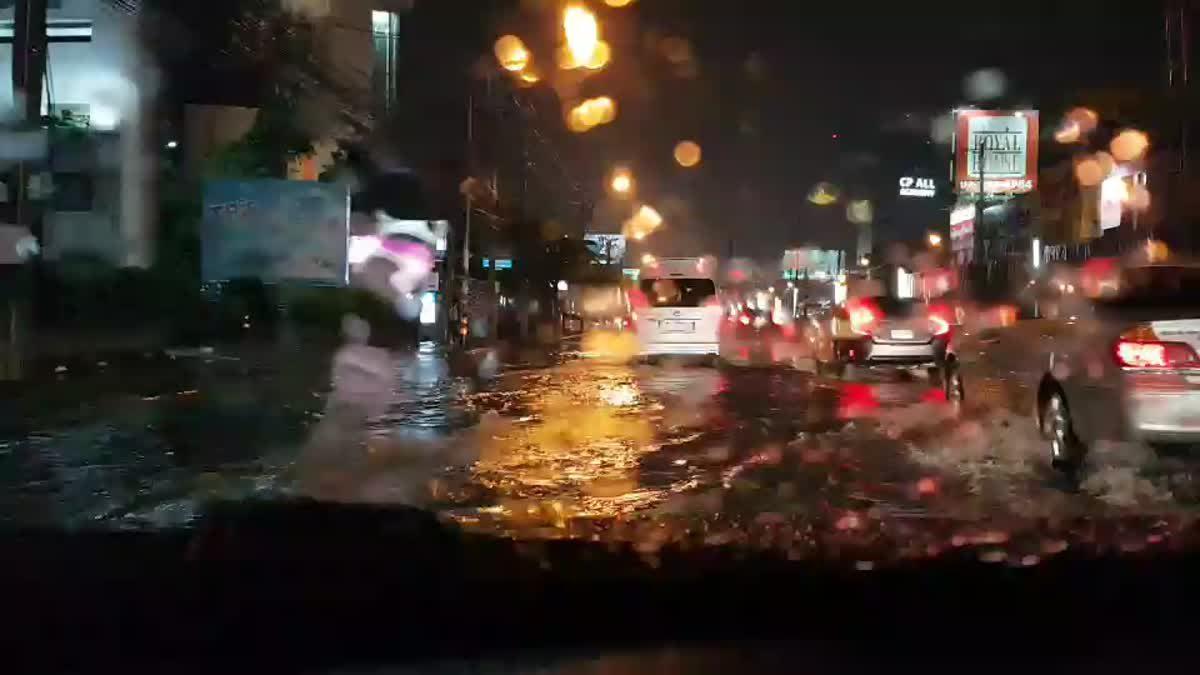 ฝนตกชม.เดียว เส้นแจ้งวัฒนะฯ เลนซ้ายน้ำถึงฟุตบาตเลย