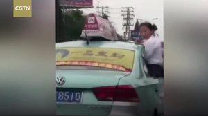 โคตรเสี่ยงตาย ! นร.หญิงนั่งทำการบ้านขอบประตูรถแท็กซี่ที่วิ่งอยู่