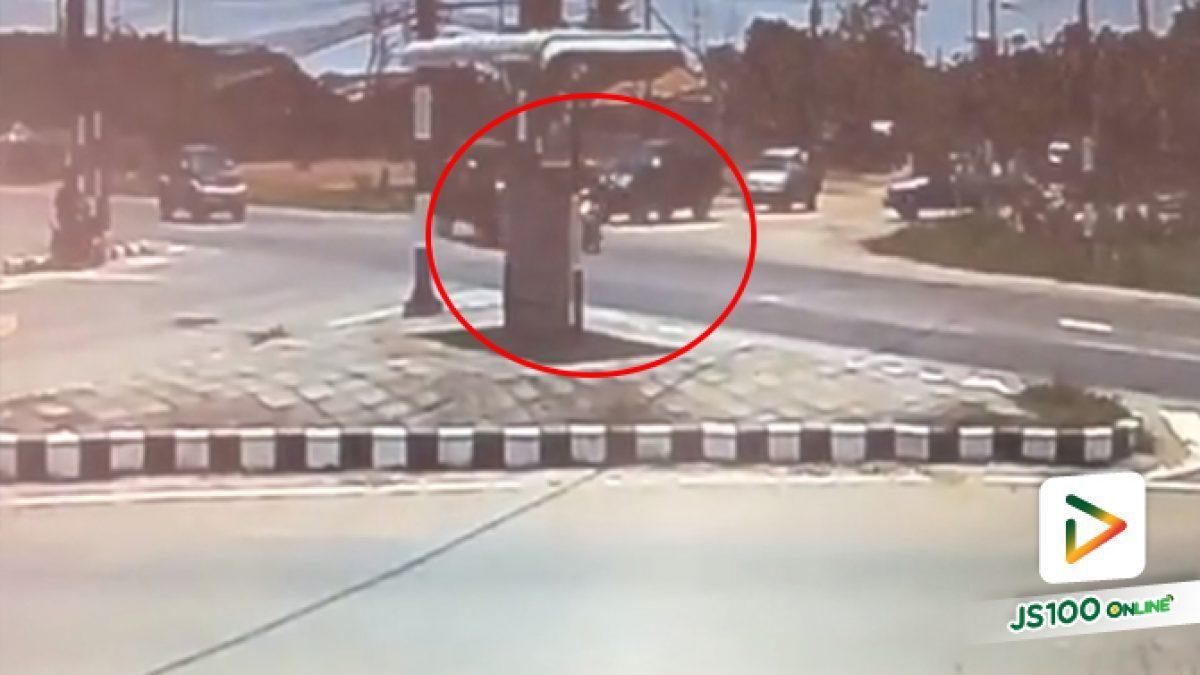 กระบะฝ่าไฟแดงชนรถจักรยานยนต์อย่างจัง เหตุเกิดที่อ.คง จ.นครราชสีมา