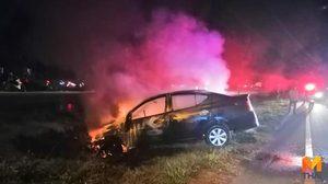 เก๋งเสียหลักตกข้างทางไฟลุกท่วม คนขับรอดตายหวุดหวิด