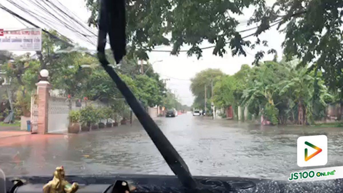 คลิปปริมาณน้ำท่วม บริเวณซอยสามัคคี รถเล็กหลีกเลี่ยงเส้นทาง (22-05-61)