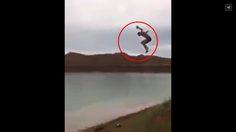 หวิดดับ! หนุ่มเล่นท่ายากโดดน้ำ แต่พลาดร่างกระแทกพื้นหมดสติ