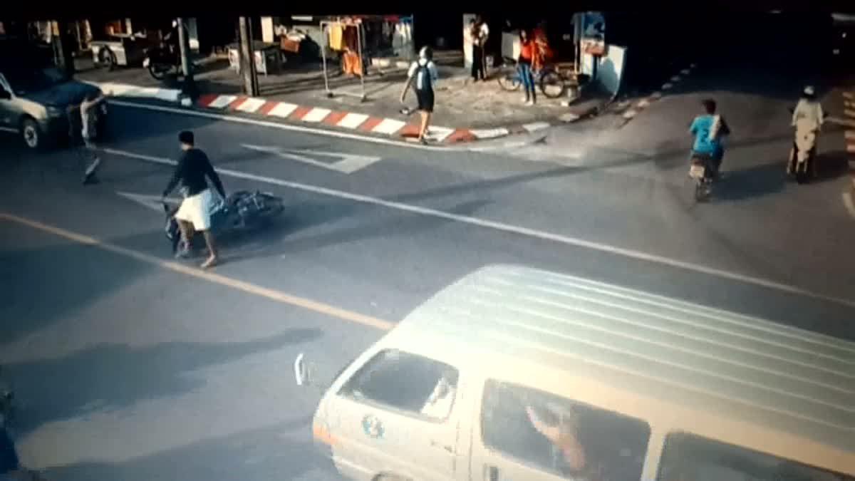 หัวอกแม่!!! อยากถามหนุ่มใหญ่ ซิ่งจยย. ชนรถลูกชาย ก่อนยกรถขับหลบหนี