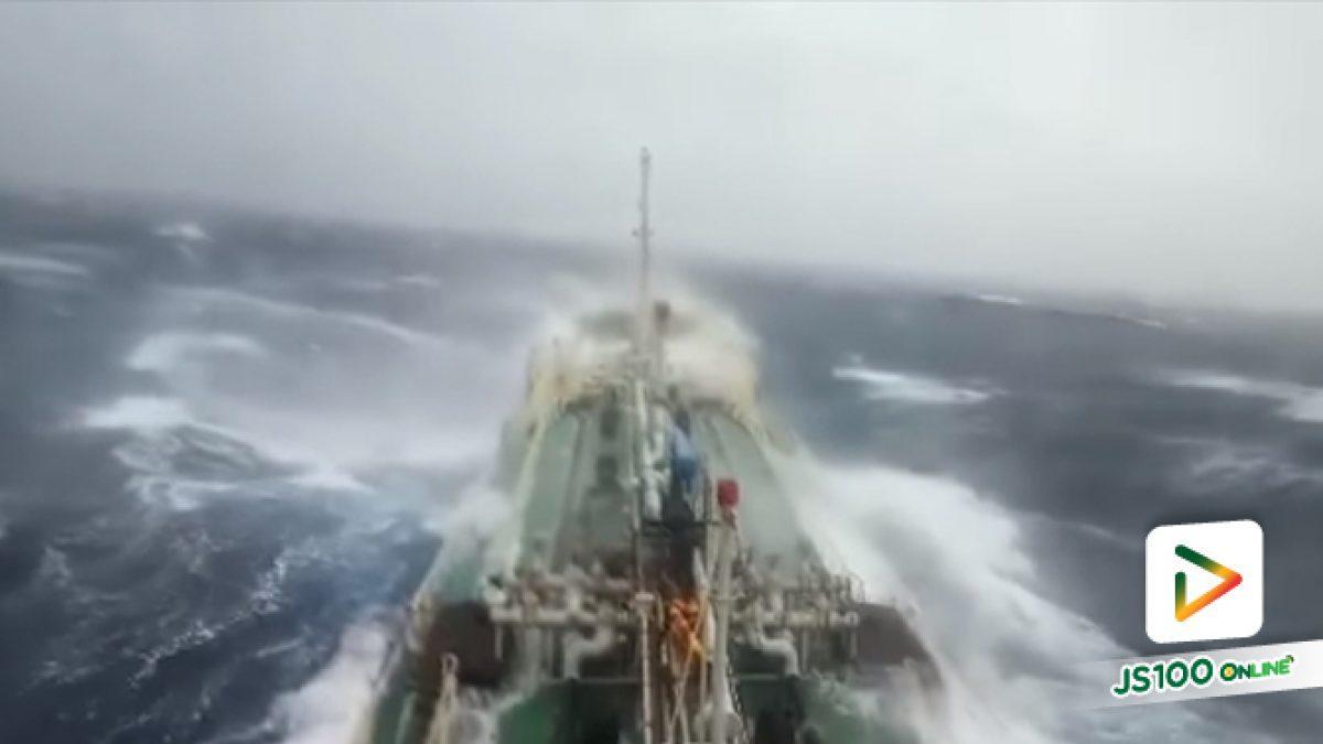 """คลิปนาทีเรือบรรทุกน้ำมันปาล์มของไทยฝ่าคลื่นยักษ์ใกล้เเนวพายุ """"ปาบึก"""" (03-01-62)"""