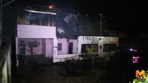 หนุ่มเพี้ยนทุบกระจกโรงเรียนแล้วหนีเข้าบ้าน ก่อนเกิดเพลิงไหม้สูญกว่า 1ล.