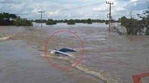 กู้ภัยช่วยรถกระบะจมน้ำ หลังฝืนคำเตือนห้ามผ่านน้ำท่วม