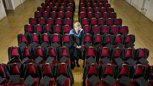 อังกฤษจัดพิธีจบการศึกษา ด้วยเก้าอี้ที่ว่างเปล่า แด่นักศึกษาที่จากโลกนี้ไปแล้ว