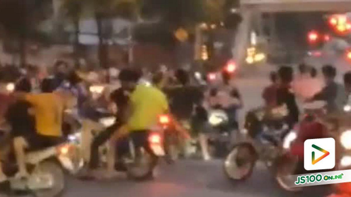 มาแบบยกก๊วน!! กลุ่มเด็กแว้นปิดถนน แข่งรถมอเตอร์ไซด์ บนถนนพระราม4 บริเวณแยกกล้วยน้ำไทย  (14-04-2561)
