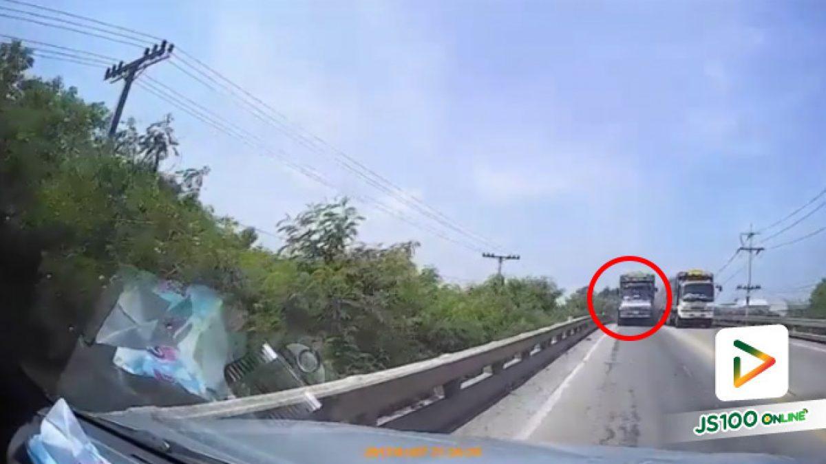 คลิปรถบรรทุกพ่วงมักง่าย ขับรถแซงบนสะพาน เสี่ยงต่อการเกิดอุบัติเหตุเป็นอย่างมาก (04-10-61)
