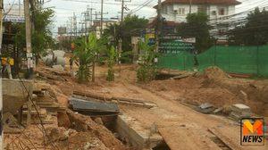 ปลูกกล้วยประชด! ซ่อมถนนเมืองพัทยานาน 3 ปี ชาวบ้านเดือดร้อนหนัก