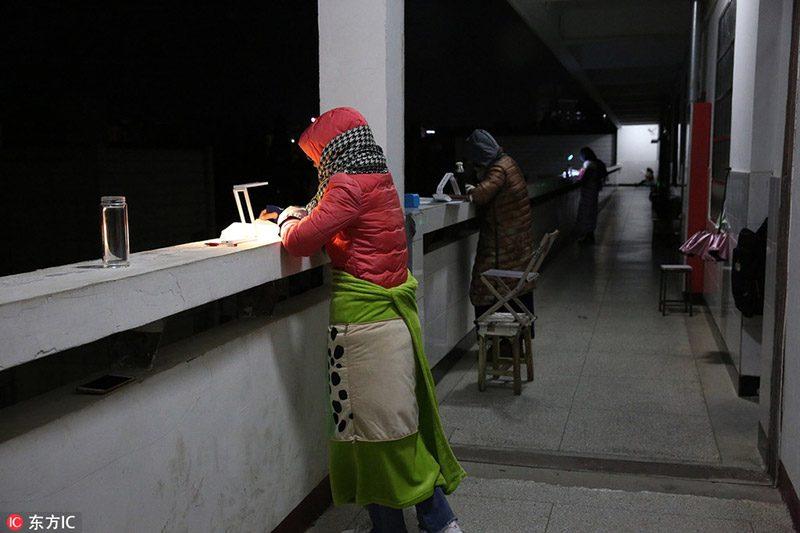 นักเรียนจีน อ่านหนังสือในฤดูหนาว