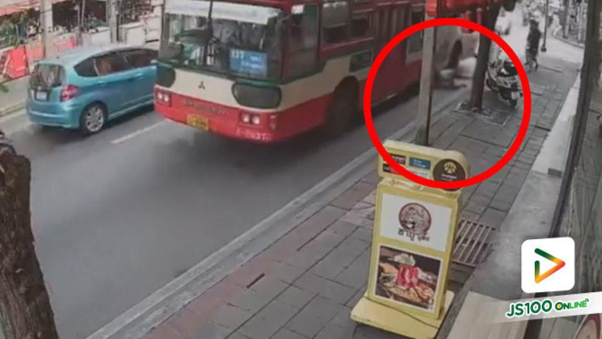 ตะลึง! ชายวัย 28 ปี นั่งยองก่อนกระโดดให้รถเมล์ทับ เสียชีวิตทันที