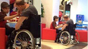 ชื่นชม! นางฟ้า KFC นั่งป้องอาหารให้ฝรั่งผู้พิการ