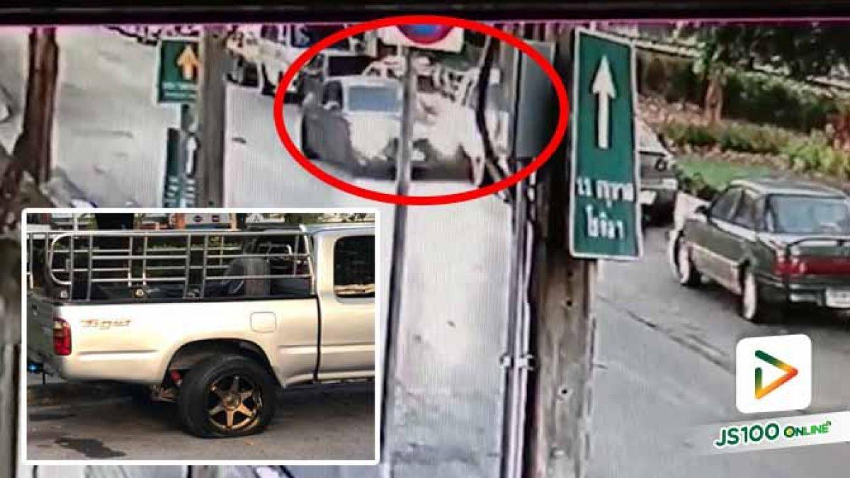ไม่รู้คนขับเก๋งเป็นอะไร จู่ๆเบี่ยงไปชนรถที่จอดอยู่ริมทางแล้วหนีเฉย (18/12/2020)