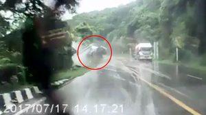 ระทึก!! นาทีรถพ่วงเสียหลักท้ายสะบัด พุ่งตกเหวลึกกว่า 10 เมตร