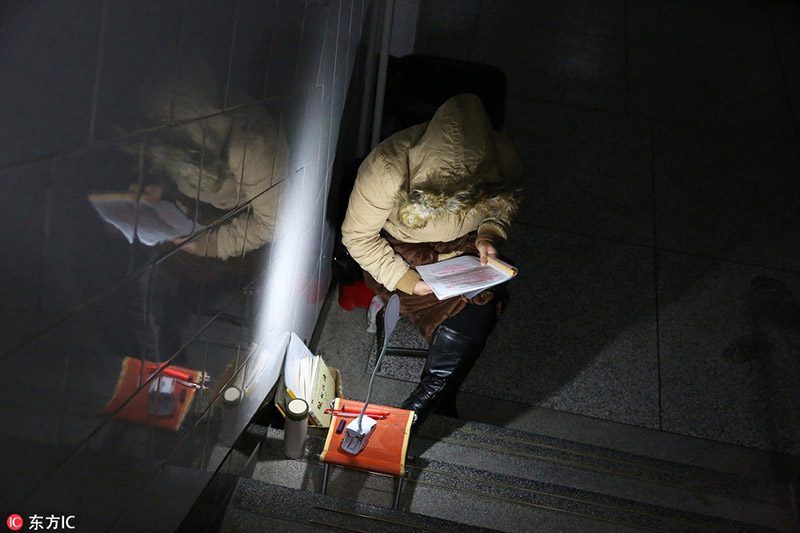 นักเรียนจีน ตั้งใจอ่านหนังสือในฤดูหนาว