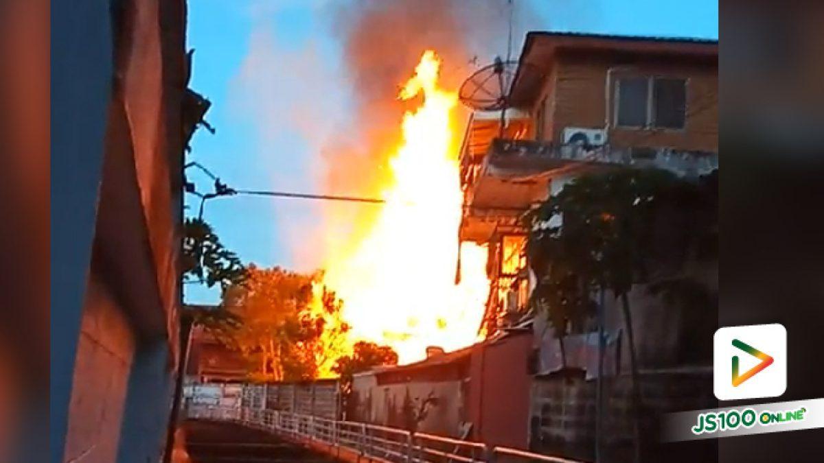 เพลิงไหม้บ้านเรือนประชาชน บริเวณหลังวัดน้อยนพคุณ ถ.อำนวยสงคราม เขตดุสิต ล่าสุดเพลิงสงบแล้ว (30-06-61)