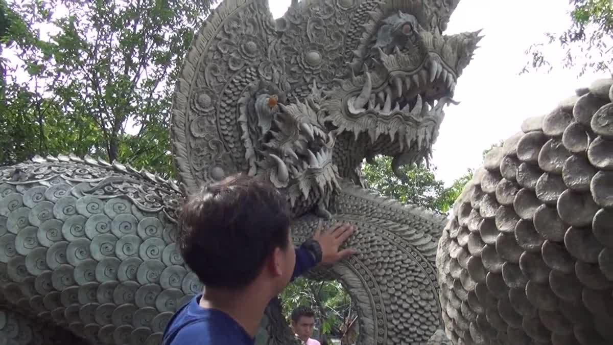 ซ่อมแซม! รูปปั้นพญานาค หลัง ปชช.แห่บูชาแน่น 'จนทำเกล็ดหลุด'