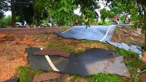 น้ำซัดถนนลาดยางหลุดเป็นแผ่น หนาแค่ 4 ซม. ชาวบ้านติงบางไปไหน ด้านผู้รู้ระบุ ถือว่าตามมาตรฐาน
