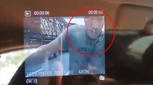 ระทึก! ชายคลั่งกระโดดเกาะกระโปรงรถ ก่อนร่ายมนตร์ชักมีดเสียบทะลุกระจก