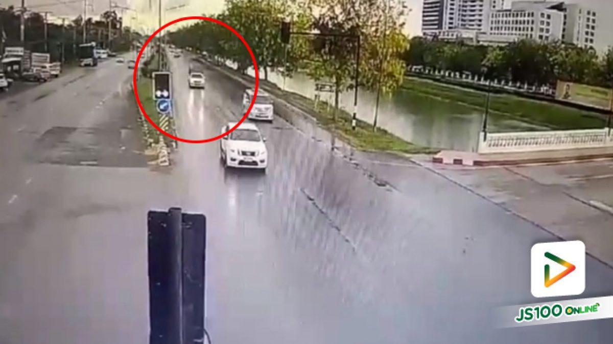 คลิปนาทีกระบะเบรกไม่ทันหลังฝนตกถนนลื่น ชน 4 คันรวด (18-04-61)