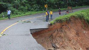 ฝนตกต่อเนื่อง ในพื้นที่ อ.เบตง จ.ยะลา ทำดินสไลด์ถนนพังยาว กว่า 70 เมตร