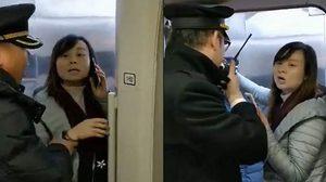 ครูสาวจีนพยายามหยุด รถไฟ ความเร็วสูงที่กำลังจะออก เพื่อรอสามีที่กำลังเดินตามมา