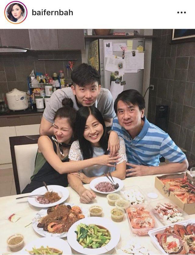 ใบเฟิร์น พิมพ์ชนก-กินข้าวที่บ้านแบบอบอุ่นทั้งครอบครัว