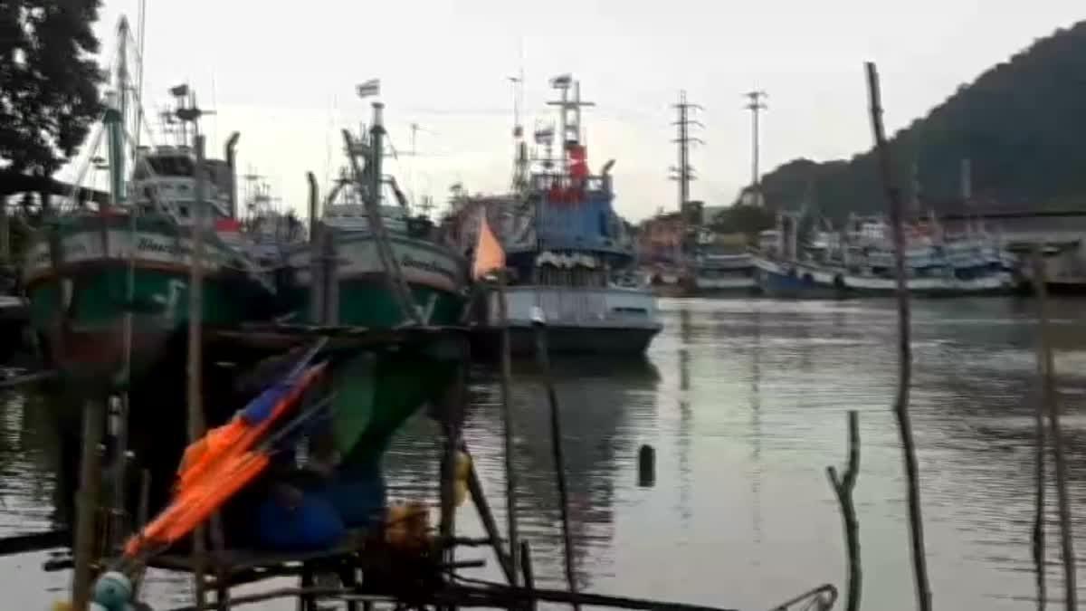 เรือประมง อ.ขนอม กว่า 70 ลำ ทยอยกลับเข้าฝั่งหนี 'พายุปาบึก'