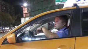 คนขับ แท็กซี่ ชาวจีนถูกสั่งพักงาน 3 วัน หลังจากใช้แผ่นมาส์กหน้าขณะขับรถ!!!