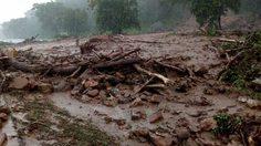 ดินภูเขาสไลด์ขวางถนนที่อุตรดิตถ์ หลังมีฝนหนัก แนะขับขี่ระวัง