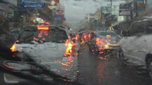 ชลบุรีอ่วม! รถติดยาวหลายกิโล หลังฝนตกหนักทำน้ำท่วมสูงหลายจุด