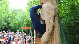 แบบนี้ก็มีด้วย ! ศิลปินฝรั่งเศส ใช้ชีวิตในรูปสลักมนุษย์สิงโต