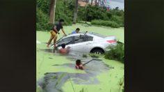คลิปชีวิต กลุ่มพลเมืองดีสวมบทฮีโร่ ลงไปช่วยผู้ประสบเหตุรถตกน้ำ