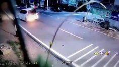 คลิปสยอง!!  นาทีเก๋งพุ่งชนเด็กขณะวิ่งเล่นข้างถนน