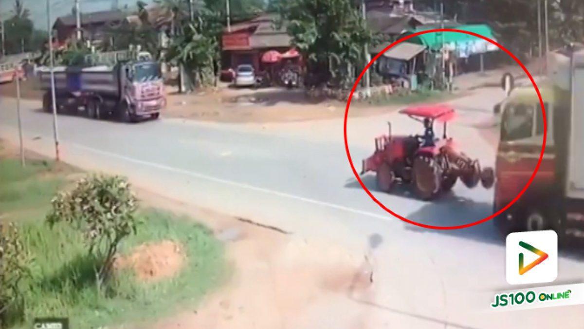 คลิปนาทีวงจรปิดจับภาพรถบรรทุกสินค้าพุ่งชนรถไถ ก่อนชนซ้ำซ้อนอีกหลายคัน (03-05-61)