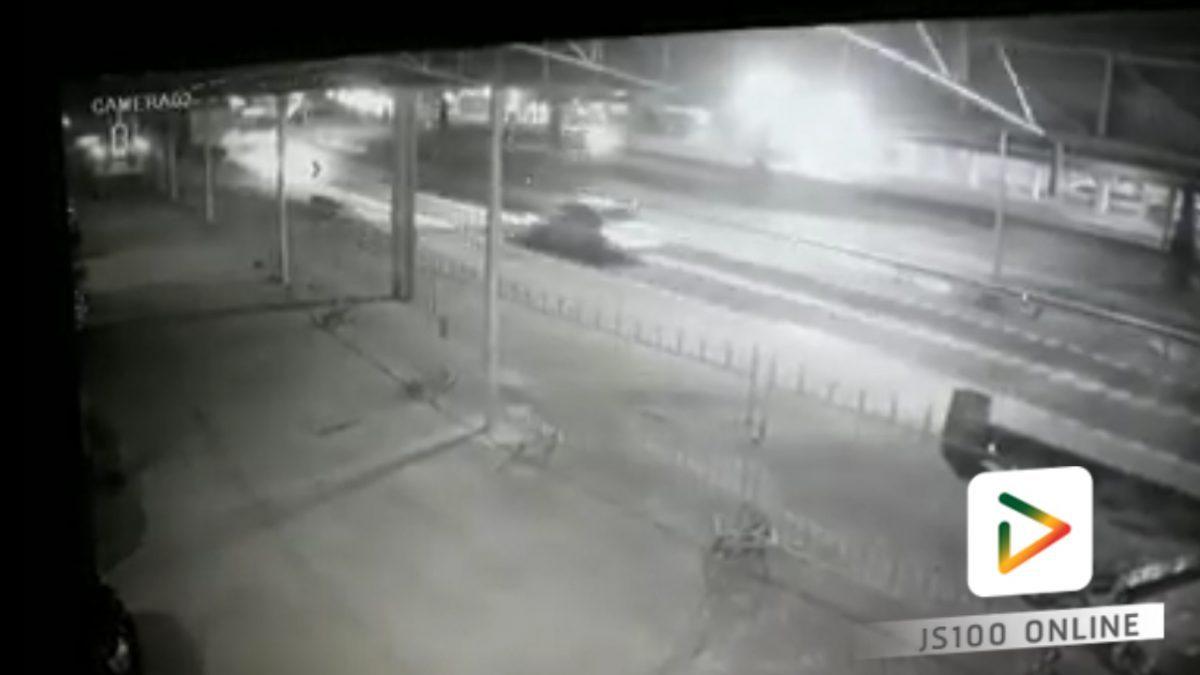 รถเก๋งแหกโค้งพลิกคว่ำชนรั๋ว!! (11-02-61)